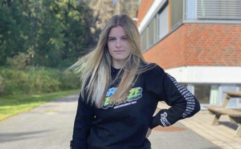 DUGNAD: Leah Hagen (18) fra Askim sin russegruppe jobber dugnad for å tjene penger til russetiden.