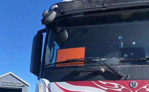 Dette ADR-skiltet skal vise at sjåføren har farlig gods ombord, men skiltet viste ikke noen ting. I tillegg var det satt i frontruta, og stjal sikt fra sjåføren.