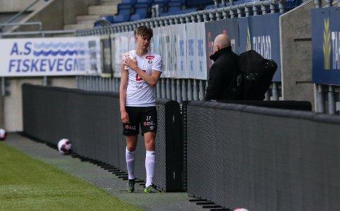 SKADD PÅ NY: Adrian Solberg (21) fekk endeleg sjansen for a-laget til Sogndal, men måtte gje seg tidleg i dagens bortemøte med Aalesund etter ein smell i skuldra.