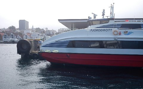 Hurtigbåten fekk synlege skadar i skroget etter samanstøyten.
