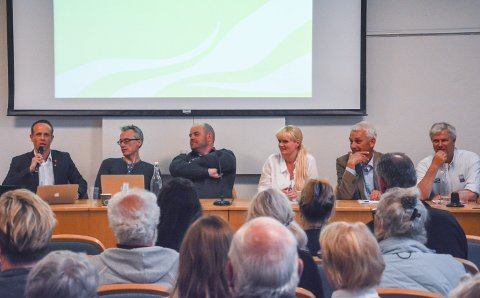PANELET: Det kom flere spørsmål til kveldens panel  med fra venstre: Aps Mads Hilden, V Trond Kjeldås, Frp Øystein Lauritzen, H Kristin Surlien, Sp Inge Høyen, og DU Jonn Gunnar Lislelid.