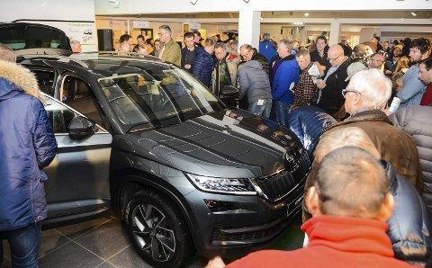 KØ: Svært mange ville ta en titt på Skodas nye SUV, Kodiaq under førlanseringen på Kjørbekk i går ettermiddag.