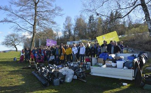 DUGNAD: Over 90 mennesker var med å hjalp til på Dugnad i regi av Norner. Det ble ryddet i strandområdene fra Mule Varde og til renseanlegget på Heistad. alle foto: lise lotte nyrud