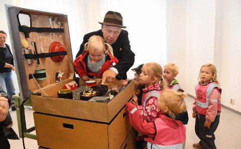 ALT I EN BIKUBE: Mange var nysgjerrige på bikubens innhold etter endt forestilling. Lars Vik satser på å turnere med «Bikuben».