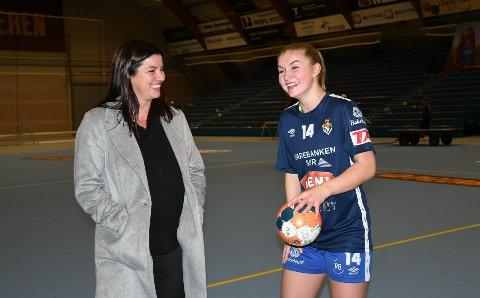 MOR OG DATTER: De har samme klubb, samme posisjon og samme draktnummer. I tillegg er de like blide, mamma Hilde Røneid og datter Guro Lien Røneid. Foto: Kristian Holtan