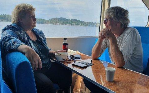 HISTORIE: Statsminister Erna Solberg kan bli historisk mandag om hun klarer gjenvalg. Her blir hun intervjuet av journalisten på en båttur i skjærgården.