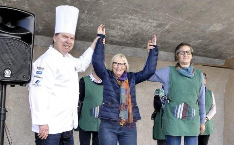 VINNER: Randi Retterholt sendte inn vinneroppskriften, og blir her gratulert av Laila Glittenberg Moen fra Heddal bygdekvinnelag og kokk Helge Bråthen.