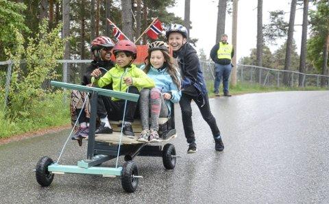 Smil: Ilhan Mahad Mohammed, Adrian Pedersen Stegedal (sjåfør), Oda Halvorsen Christoffersen og Amir Hoseini samarbeidet om denne doningen. Uten å røpe for mye kan man vel avsløre at først i mål kom dem ikke – men gleden var stor.