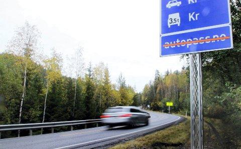 BOM: Mange har kjempet - og fått medhold i - at bommen skal flyttes herfra og til Jerpetjern åtte kilometer vestover på grensa til Notodden og Telemark. Men plutselig skal det avklares hva Telemarkingene mener. Det skaper reaksjoner.