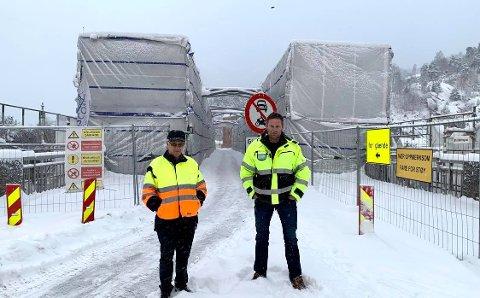 UTSATT: I tett snøvær kan prosjektleder Gunleik Brekke og anleggsleder Trond Bakken bekrefte at Tinnåa bru ikke blir åpnet med det første. - Realistisk sett er nok ikke broen åpen før i mars.