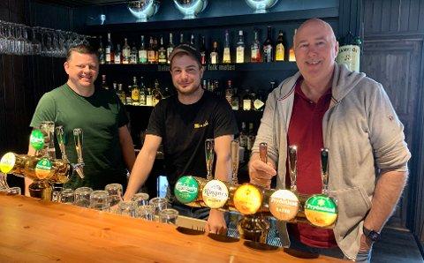 GJENÅPNING: (Fra venstre:) Tom Petter Kivle, Mats Tjønnheim og Ole Ricard Moen på Bellman Pub gleder seg til å kunne ønske pub-gjestene velkommen tilbake om kort tid. Fase-to gjenåpningen av Norge går det omsider mulig for Bellman og åpne dørene. Det har gjengen sett frem til lenge.