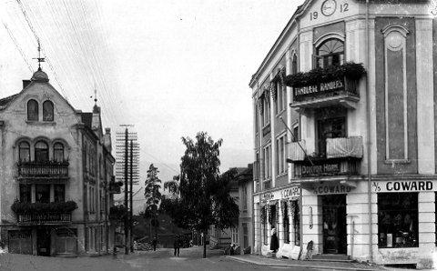 1920-ÅRENE?: Slik så gatepartiet ut rundt 1920. Leg merke til klokketårnet på Cowardgården og smijernsarbeidet på Hefregården.