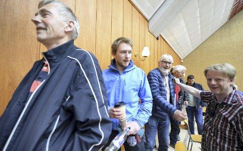GLADE: Tor Olsen og de andre skøyteentusiastene i Kristiansund var lettet og glad da politikerne i Kristiansund gjorde vedtak om å bygge tak over skøytebanen i Folkeparken. Ny hall kan stå ferdig neste år.