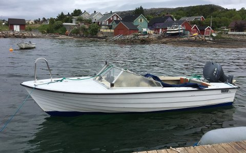 Denne båten ligger fortøyd på en plass den ikke hører til. Politiet ber nå eieren ta konakt. Foto: Politiet