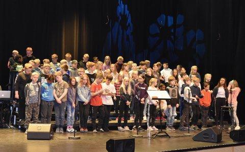 ØVER: Femteklassingene i Surnadal øver på kulturhuset onsdag. Til kvelds er det klart for konsert sammen med Fjord og Fjell.