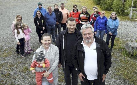 Jobber for hall: Annette Husteli (foran fra venstre), Jørn Hals, Peder Aasprong og resten av skytterne i Aspøy og Straumsnes Skytterlag jobber for å bygge ny hall.