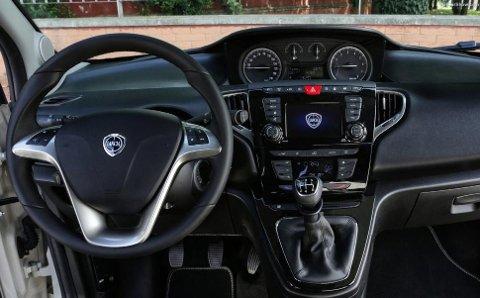 Dette dashbord-designet ble ikke akkurat utviklet i fjor... Her er det lett å se at bilen begynner å bli gammel.