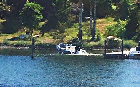 STOPPET HER: Båten dundret videre etter at de to om bord var slengt ut i sjøen. Til slutt satte den seg fast i mudderet ved land.