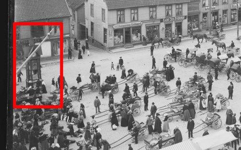 Her stod «Dragekiosken» i sin tid, nederst på Tønsberg Torv.  Nå ønsker Bjarne Henriksen og en gjeng andre å bygge bygget opp igjen.