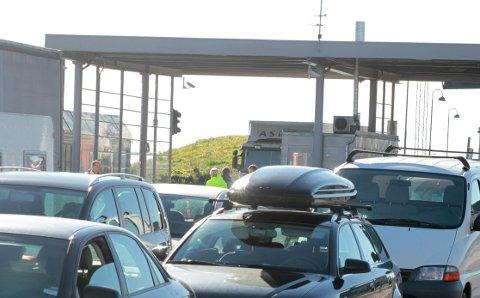 SPYTTET OG KASTET FLASKER: Det ble ampert i køen på ferjekaia i Horten. (Arkivfoto: Martin Moland)