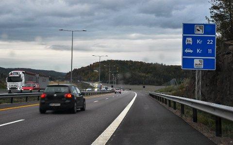 TRAFIKKEN FORSVANT: Mange biler forsvant fra E18 gjennom Vestfold da koronakrisen traff Norge. Her fra Ramsum. Bildet er gammelt. Dagens takst er tolv kroner for takstgruppe 1 (9,60 med avtale) og 20 kroner for takstgruppe to.