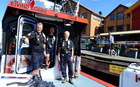 SKIPPERMØTE PÅ BRYGGA: Mannskapet redningsskøyta RS Eivind Eckbo, Henning Solberg, Espen Lepsøe og Frank Bruarøy er tilgjengelige for båtfolk med spørsmål eller båter i nød.
