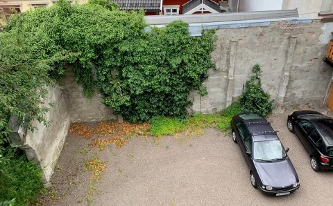 STJÅLET: Den lilla bilen til høyre ble stjålet fra gårdsplassen til Jenny Anne Nesse i sentrum.