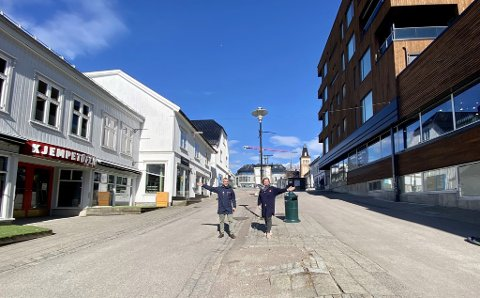 MIDT I SENTRUM: Thomas MacKinnon og Ann Torill Mykkelgård fra Frelsesarmeen står midt mellom de nye lokalene de skal ta i bruk i Rådhusgaten.