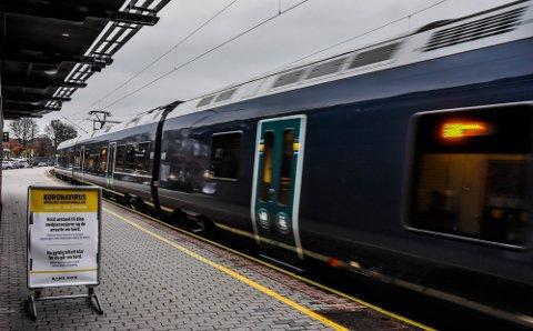 TOGTRØBBEL: Reisende mot Oslo opplevde trøbbel i morgentimene på grunn av signalfeil ved Oslo S. I 12-tiden gjentok problemet seg.