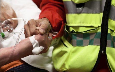 Trygghet: I alt 4.000 brannmenn i Norge har fått utvidet førstehjelpskurs av Stiftelsen Norsk Luftambulanse i prosjektet «Mens du venter på ambulanse». Foto: Øystein Eugene