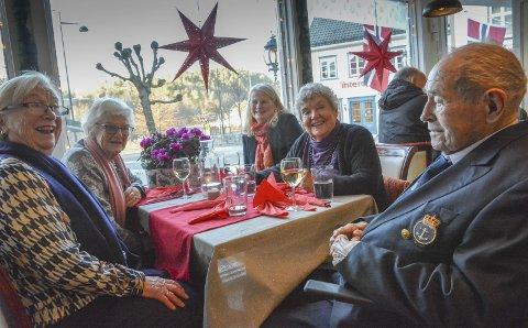 Gullrekka på julebord: Arnfrid Aall (80), Anlaug Stranger (92), Adeline Stranger (57), Astrid Gjertsen (90) og Monrad Mosberg (100) er klare for dansk juleand og riskrem på Terna. Foto: Mette Urdahl