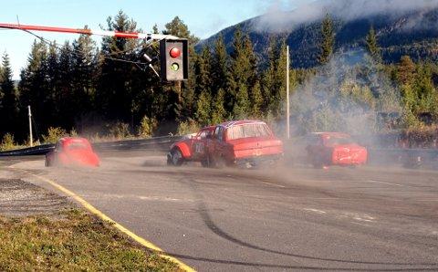 Første heat: her ser vi bilene i det første heatet i bilcross.  F.v. Ole Thomas Bergum, Alexander Hauglid (midten fremst), Monica Stensæter, Aage Solhaug og ytterst til høgre Sondre Strand.