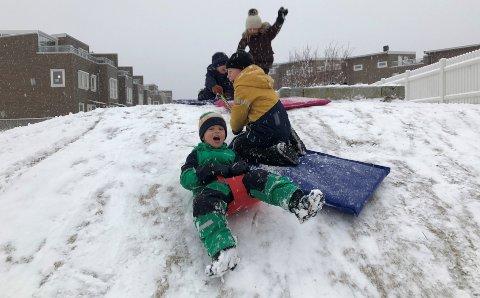 I FARTA: Brede Hugaas (5) storkoser seg i snøen i en mini akebakke i Kruttverket 2. juledag.