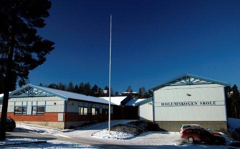 SAMLINGSSTED:Lørdag kveld var politiet med en patrulje på Holumskogen skole.
