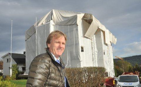 GODT SKJERMET: Fra utsida kan det se ut som at Glenn Hjelkerud har satt opp et sirkustelt. – I april blir det avduking, forteller han.
