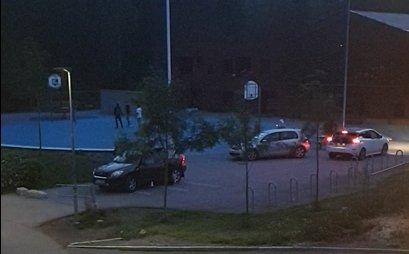 MØTESTED: Bilde som viser aktivitet på sen kveldstid på basketballbanen på Sørli.