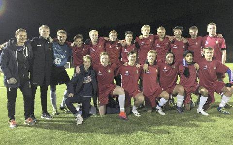 Festet grepet:  DFIs juniorspillere slo Kråkerøy 3-2, og leder dermed 1.divisjon når en serierunde gjenstår: Foto: Privat