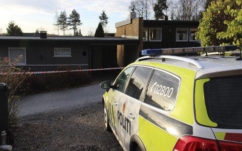 På stedet: Politiet kom raskt til huset på Heer etter meldingen om bråk.Foto: Arkiv