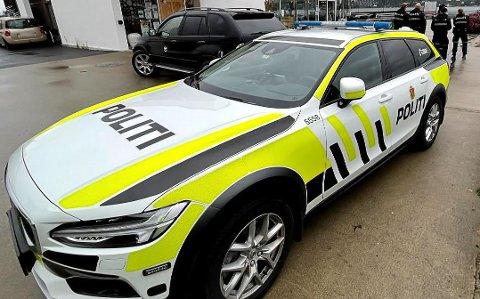 RYKKET UT TIL DRØBAK: Her ser vi en politipatrulje i havna i Drøbak. Lørdag smalt det i sentrum og en ung gutt måtte overnatte i arresten.