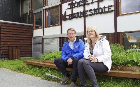 SKOLESATSING: Einar Røe og Tone Hagen utgjør toppduoen på Arbeiderpartilista i Tynset. Partiet vil innføre en lesegaranti som sikrer at lesesvake elever løftes. Foto: Tonje Hovensjø Løkken