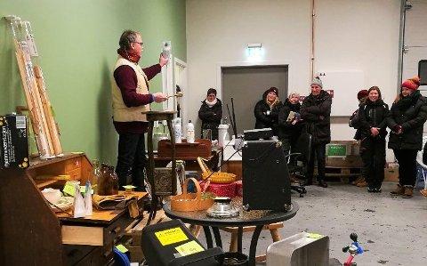 STENGER BRUKTBUTIKKENE: FIAS har valgt å stenge sine tre bruktbutikker på grunn av koronapandemien. Dette bildet er fra åpningen av bruktbutikken på Røros i desember, hvor Ola Rye (til venstre) var i auksjonsform.