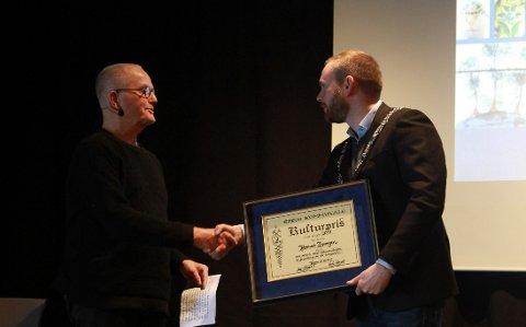 KULTURPRIS: Amund Spangen fikk utdelt Røros kommunes kulturpris for 2020 for sitt mangeårige arbeid med bevaring, formidling og innsamling av kunnskap om kulturminner i Nord-Østerdalen og Røros-bygdene.