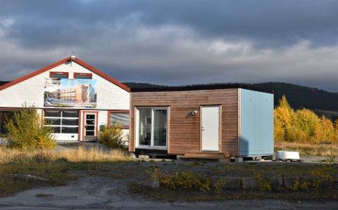 ÅPNER FOR SALG: Slik ser det ut på tomta hvor det var planlagt leiligheter og næringsbygg. Nå åpnes eier for et mulig salg.