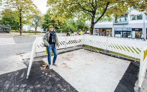 Siri Gilbert, miljørådgiver i Ås kommune, viser hvor nye sykkelstativer skal på plass i Ås sentrum.