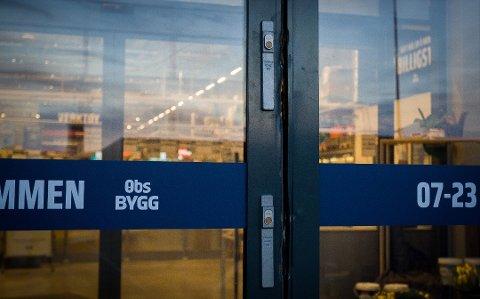 TYVER PÅ FERDE: Innbruddstyver brøt natt til onsdag opp hovedinngangen til Obs Bygg i Nygårdskrysset.