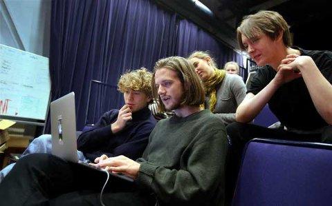 Rudrevyen holder kortene tett til brystet i forkant av premieren. I forkant er instruktørene Sebastian Biong (t.v.) og Lars Petter Sødal Bergsmark