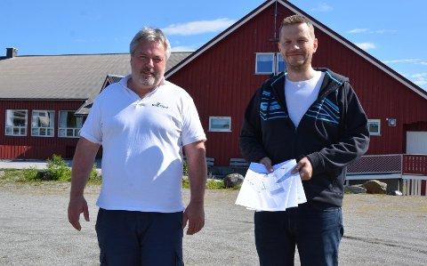 Peder Kristian Strømsvåg (t.v.) og Jørn Hals mener estimatet for flerbrukshallen er mange millioner kroner for høyt.