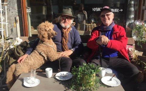 Erlings hund, kongepuddelen Sasha bragte dem sammen. Foto: Privat.