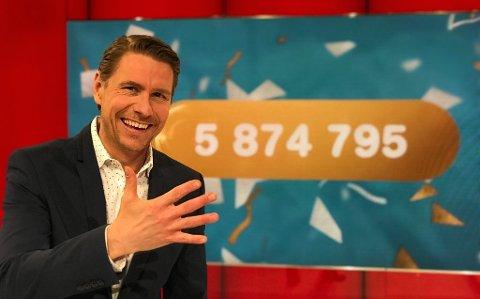 Programleiar Reidar Buskenes kunne gratulere fem ferske millionærar laurdag, blant anna ein 22-åring frå Radøy.