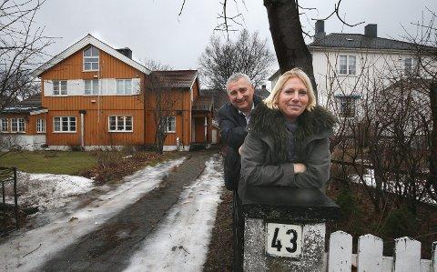 Selger: Anne Jakhelln og Pål Skjegstad har tatt et tøft valg. Nå selger de eneboligen i Plysjbyen og søker det gode liv på landet.